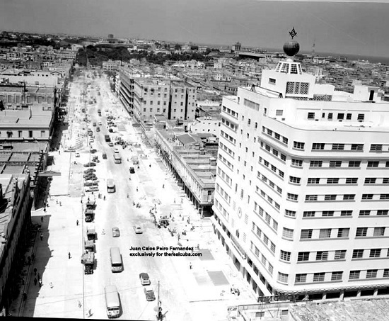 Carlos III Ave. under construction. To the right, the Masonic Building